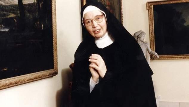 Sister Wendy Beckett, TV art historian, dies at 88